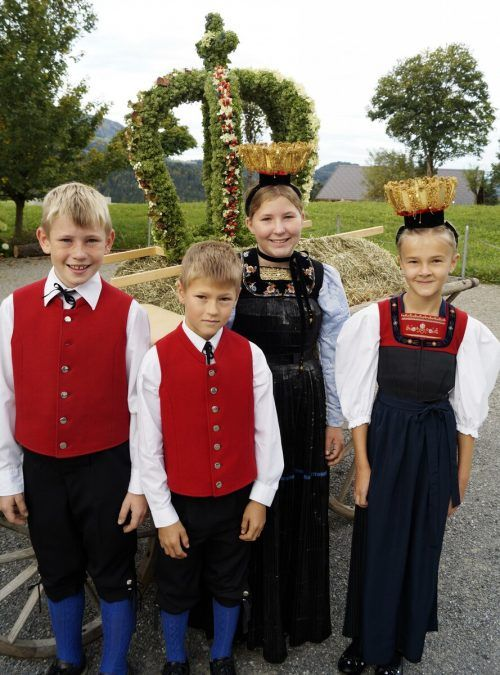 Kinder in Tracht trugen die Erntekrone in die Sibratsgfäller Kirche. me