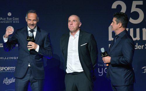 Klaus Schmidt erhielt den Ehrenpreis bei der Bruno-Gala 2021 von seinen langjährigen Freunden und Weggefährten Adi Hütter und Christian Peintinger überreicht. APA
