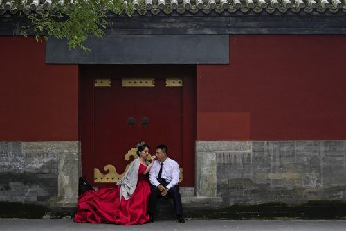 Letzte Vorbereitungen für seine Hochzeitsfotos trifft dieses Pärchen nahe der Verbotenen Stadt in Peking. AP