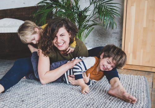Magdalena Türtscher mit ihren vierjährigen Zwillingen Frida und Anton.