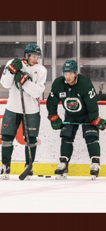 Marco Rossi und Kevin Fiala (r.) sind eine Woche vor dem Start in die NHL-Meisterschaft im Training und bei Testspielen gefordert. MW