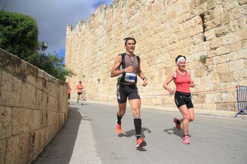Martin Geicsnek und seine Gattin Helga Marwan-Schlosser beim Jerusalem-Marathon.Privat