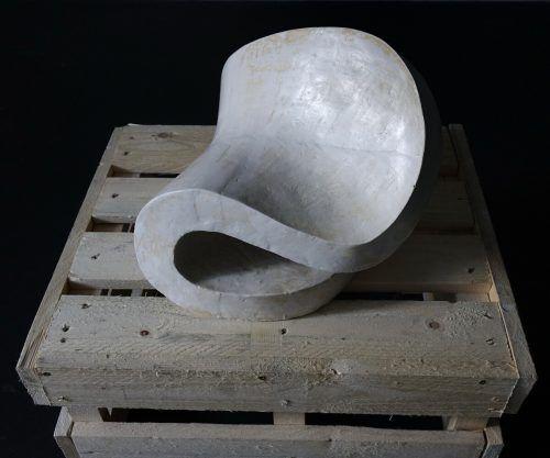 Mit den Zeichnungen verzahnt: Skulptur von Rouven Dürr.