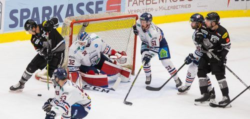 Mit einem Zaubertor verkürzte Bulldogs-Stürmer Nikita Jevpalovs (l.) gegen Fehervar auf 3:5, die Ungarn gingen am Ende als 6:3-Sieger vom Eis.Steurer