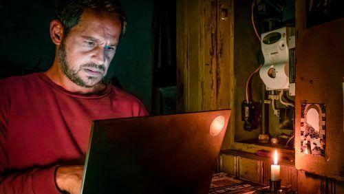 """Moritz Bleibtreu spielt in der Thrillerserie """"Blackout"""" einen Aktivisten,der einen europaweiten Stromausfall aufklären will. W&B Television, Gordon Timpen"""