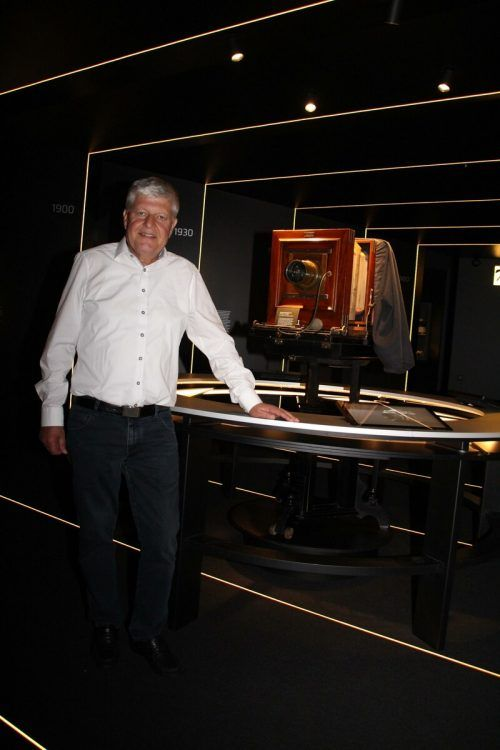 Museumswelt-Präsident Manfred Morscher mit einem Sammlerstück im neuen Fotomuseum.Heilmann