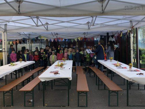 Musikalisch und mit ganz viel Humor berichteten die Kinder aus ihrem neuen Schulalltag. VN/WIM