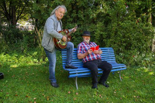 Musiker Franz Heindl und Autor Manfred Strolz laden am kommenden Dienstag zu einer Lesung mit Musik ins Restaurant Antonio ein.Privat