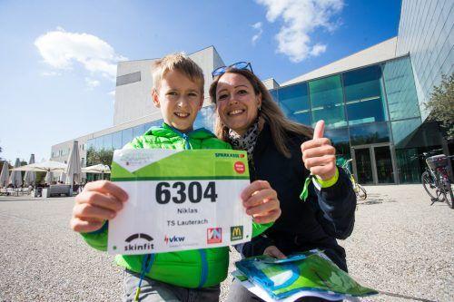 Niklas zeigt stolz seine Startnummer für den Kindermarathon am Samstag.Steurer