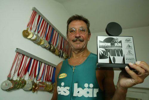 Nino Michelon mit der Siegertrophäe des Ironman-Hawaii.Privat