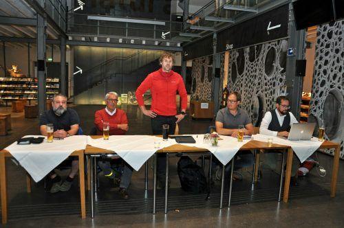 Obmann Martin Hämmerle sprach in der Inatura vor den Mitgliedern des Fischereivereins.lcf (2)