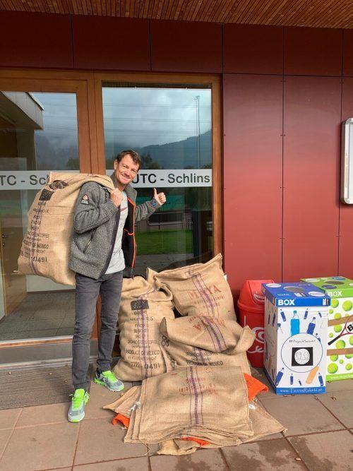 Oliver Baltzer holt Jutesäcke ab, die mit gebrauchten Tennisbällen gefüllt sind.