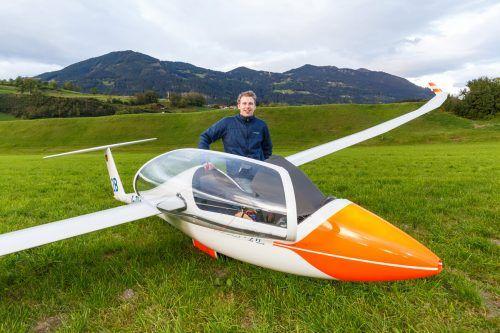 Pilot Lukas Keibel (21) überstand die Außenlandung auf dem Feld zwischen Schlins und Satteins unverletzt und blieb frohen Gemütes.hofmeister