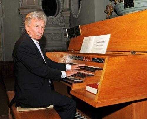 Prof. Bruno Oberhammer an der Orgel.ajk