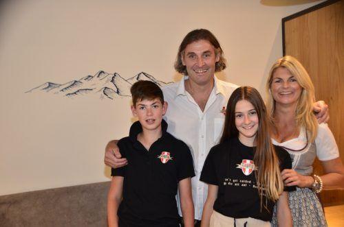 Sepp Heuberger freut sich gemeinsam mit seiner Familie über den gelungenen Projektabschluss und die Eröffnung von Zapfig Living.DOB