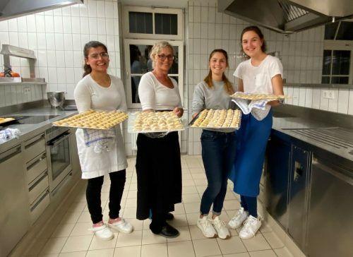 Shirin Shekh Rashid, Hannah Wiedemann und Anna Gruber, Schülerinnen der Maturaklasse der HLW Riedenburg, produzierten 170 Portionen Ravioli.