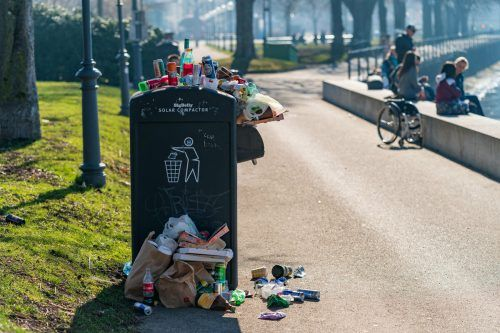 Solche Bilder sollen zukünftig seltener werden. Ab 2025 werden Einwegplastikflaschen und Einwegdosen mit einem Pfand belegt. VN/Stiplovsek