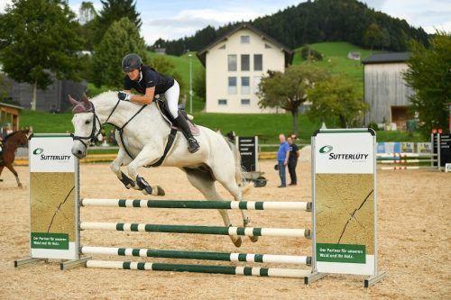 Springen mit Lizenz: Ingrid Düringer überzeugte auf Lillyfee. Waschbaer