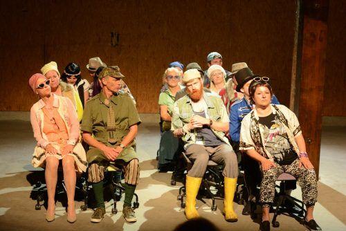 Szenen aus Aufführungen des Anarttheaters in Hard und der Leandobühne in Alberschwende (l.). Vn/cd