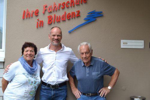 Thomas Mallin mit seinen Eltern Richard und Heidemarie vor der Fahrschule in Bludenz.BI