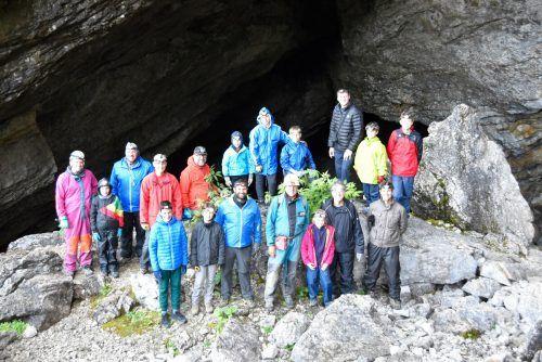 Tiefe Einblicke in die Schneckenlochhöhle gab es für die Rankweiler Vater-Kind-Gruppe von Höhlenführer Heinz Rhomberg. MArktgemeinde