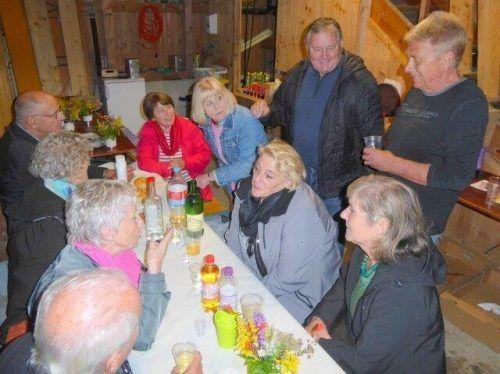 Traditionelles Grillfest der Schwarzacher Senioren beim Luishof von Emil und Andrea Lenz. sb