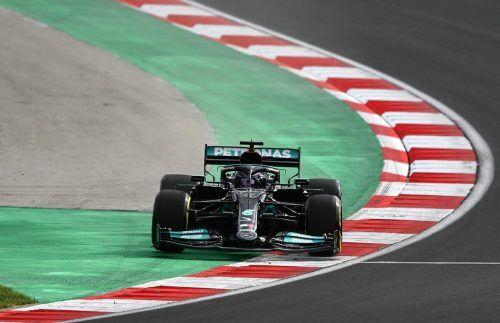 Über Stock und Stein - Lewis Hamilton riskierte am ersten Trainingstag in Istambul, er wird in der Startaufstellung um zehn Plätze nach hinten versetzt.apa