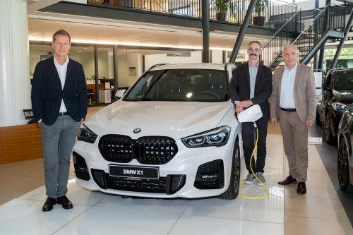 V. l.: Dieter Unterberger und die Vorarlberger BMW-Unterberger-Standortleiter Christoph Nigsch und Markus Spiegel. VN/sca