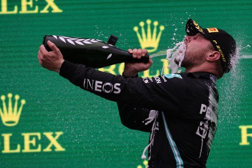 Vallteri Bottas genehmigte sich in Istanbul nach seinem Saisonsieg eine ausgiebige Champagnerdusche. gepa