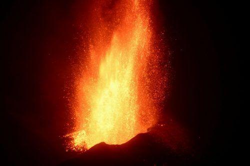 Vulkan Cumbre Vieja speit weiterhin glühende Lavaströme aus. Reuters